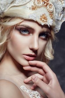 Sztuki mody blondynki długie rzęsy rozjaśniają skórę