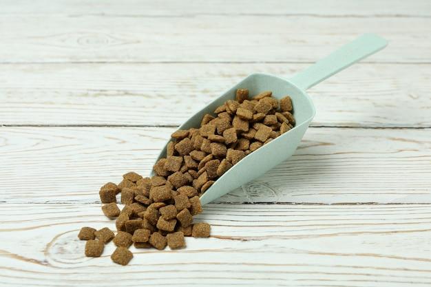 Szufelka z karmą dla zwierząt domowych na podłoże drewniane