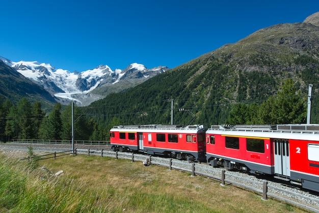 Szwajcarski pociąg górski bernina express przekroczył alpy