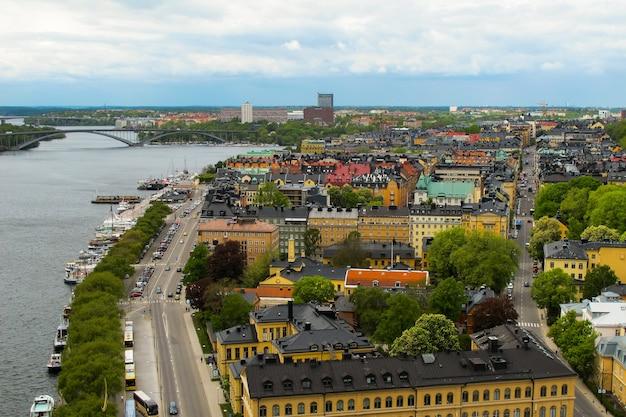 Szwecja sztokholm widok na miejskie drogi mosty i molo z łodziami z tarasu widokowego