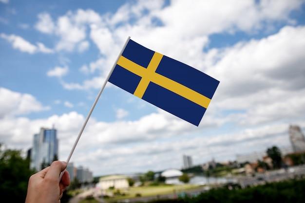 Szwedzka flaga na błękitnym niebie