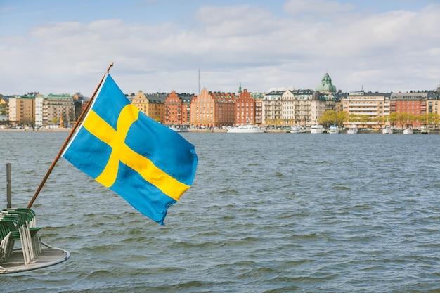 Szwedzka flaga na tyłach łodzi w sztokholmie