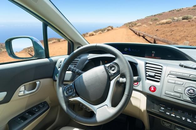Szyba samochodowa z górską drogą krajową