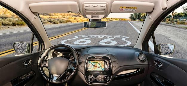 Szyba samochodu z historic route 66 znak w kalifornii, usa