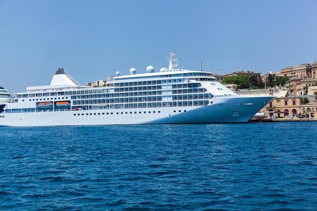 Szybka jednostka pływająca w kolorze białym do użytku prywatnego na tle innych łodzi.