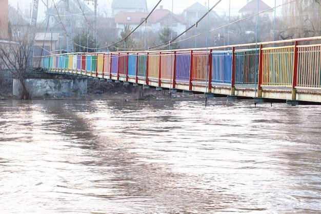 Szybka rzeka po powodzi.