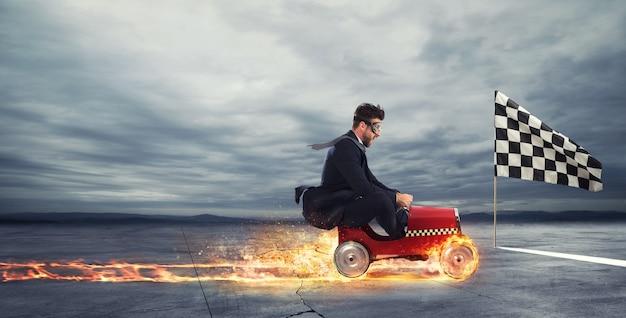 Szybki biznesmen z samochodem wygrywa z konkurencją pojęcie sukcesu i konkurencji