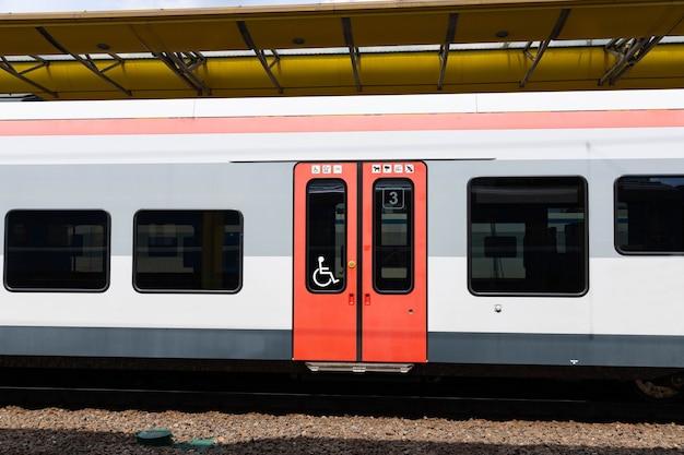Szybki pociąg na stacji kolejowej. nowoczesny pociąg pasażerski na peronie kolejowym. kolej w europie. transport komercyjny.