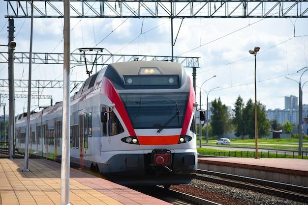 Szybki pociąg przyjeżdża na dworzec kolejowy