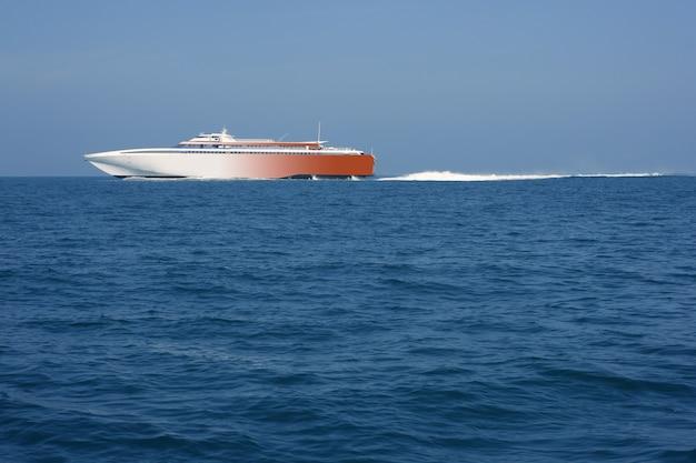 Szybki prom żegluje niebieski ocean morski biały ślad
