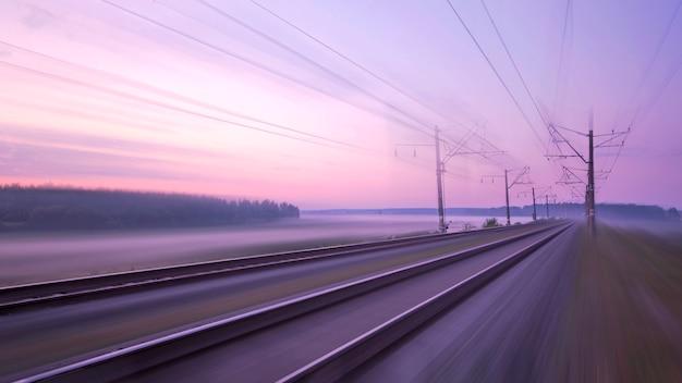 Szybki ruch na lotach kolejowych. ku zachodowi słońca.