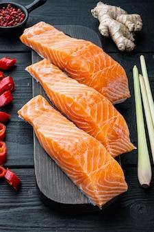 Szybkie azjatyckie składniki ciastek rybnych, na czarnym drewnianym stole