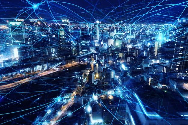 Szybkie łącze internetowe w mieście w nocy