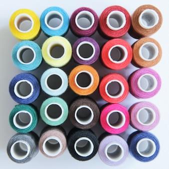 Szycie kolorowych nici
