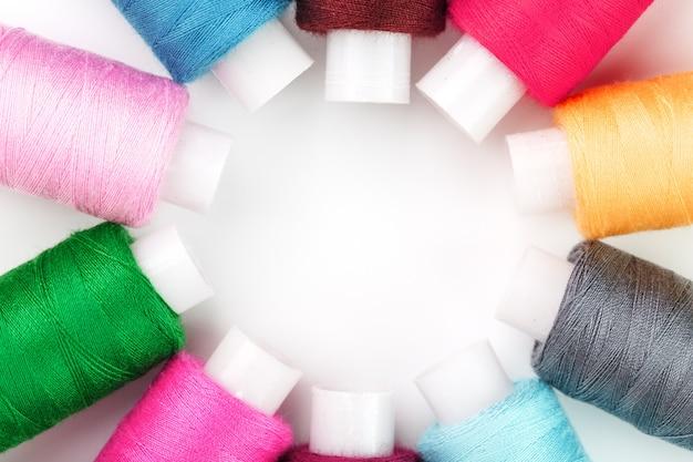 Szycie nici w różnych kolorach na rolkach