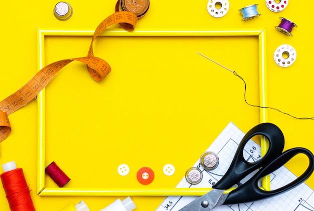 Szycie układu. koncepcja robótek ręcznych, rzemiosła, szycia i krawiectwa