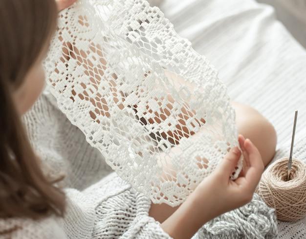 Szydełkowa serwetka ażurowa, ręcznie robiona, koncepcja wypoczynku w domu i hobby.
