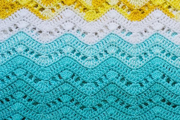 Szydełkowa, wielobarwna tkanina bawełniana w letnich kolorach.