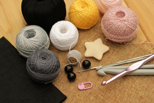 Szydełkowe różowe, szare i czarne szydełkowe materiały.