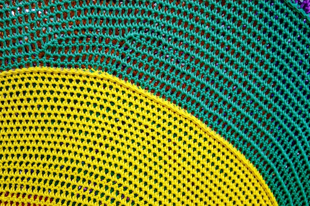 Szydełkowy wzór, zbliżenie prostego, kolorowego wzoru na drutach na tle.