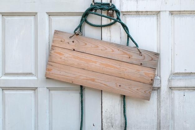 Szyld drewniany na drzwiach