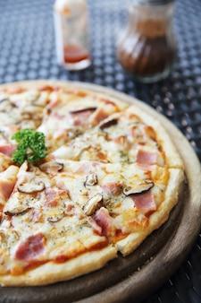 Szynka do pizzy i grzyby