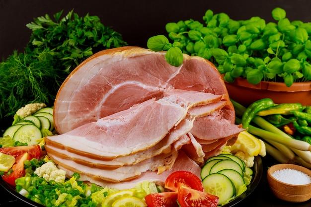 Szynka w całości pieczona w plasterkach miodu z warzywami i ziołami