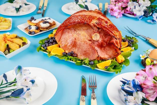 Szynka wędzona orzesznika na świątecznym stole. potrawy wielkanocne.