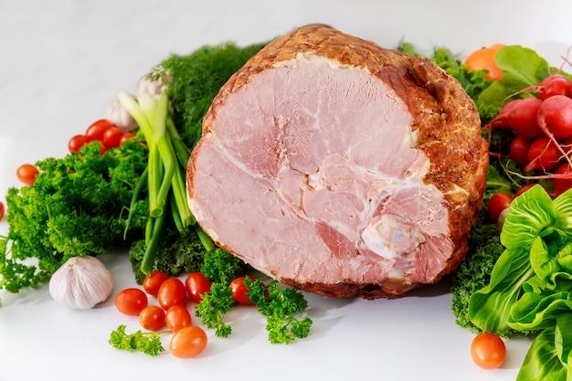 Szynka wieprzowa miodowa ze świeżymi warzywami. zdrowe jedzenie. posiłek wielkanocny.