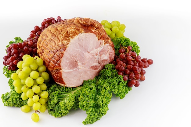 Szynka wieprzowa w całości ze świeżymi owocami. zdrowe jedzenie. posiłek wielkanocny.