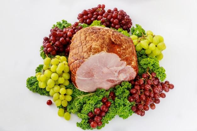 Szynka wieprzowa ze świeżymi owocami. zdrowe jedzenie. posiłek wielkanocny.