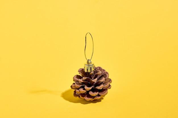 Szyszka sosnowa jako bombka drzewna. świąteczny prezent z ograniczonym budżetem. zrównoważony styl życia bez eko-plastiku