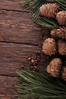 Szyszki cedrowe na drewnianym tle