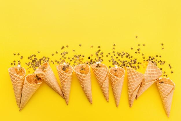 Szyszki lodów ze złotymi gwiazdami