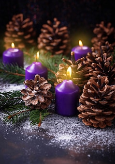 Szyszki sosnowe i świeca