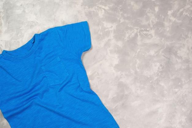 T-shirt z niebieską farbą z miejscem na kopię. makieta koszulki, układanie na płasko.