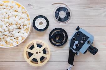 Taśmy filmowe z popcornem i aparatem fotograficznym