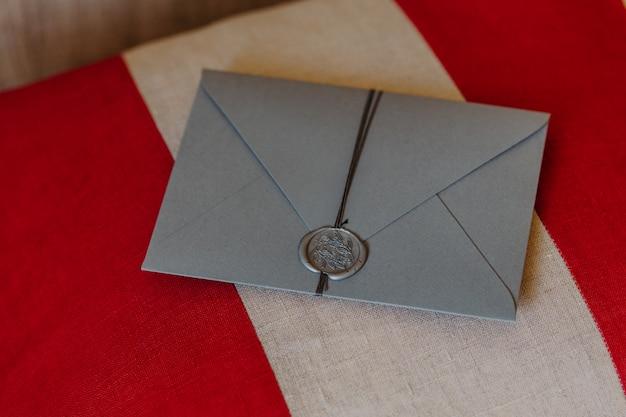 Ta koperta jest dla ciebie. karta zaproszenie na ślub leży na biało -czerwone