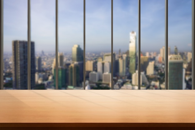Tabela W Tle Miasta Nowoczesne Biuro Z Pustym Miejscem Na Kopię Na Stole Do Wyświetlania Produktów Premium Zdjęcia