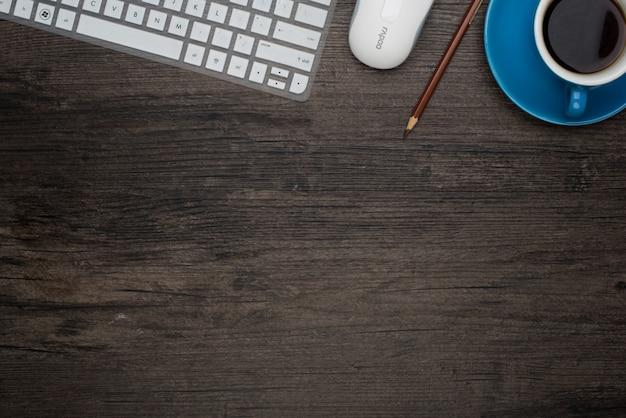 Tabela z laptopem i filiżankę kawy niebieski