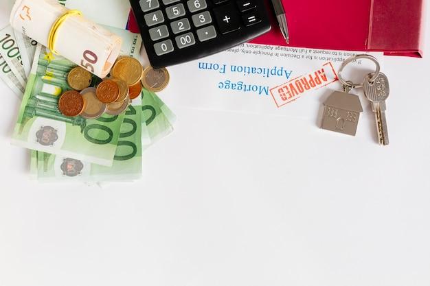 Tabela z pieniędzmi i papierami hipotecznymi