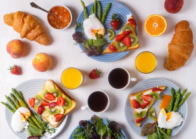 Tabela ze śniadaniem, widok z góry.