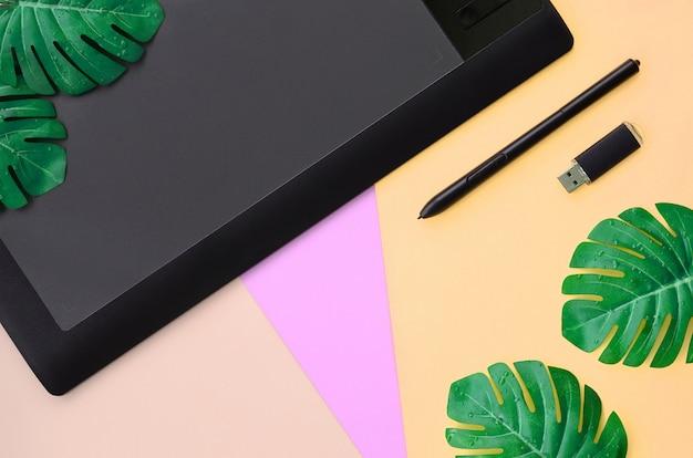Tablet graficzny i długopis, karta pamięci i listki monstera