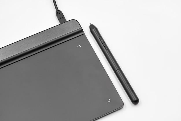 Tablet graficzny i długopis na białym tle