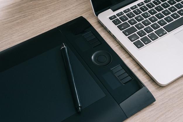 Tablet graficzny obok laptopa
