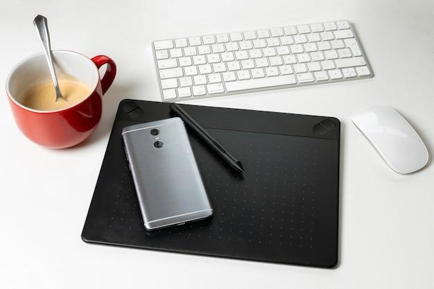 Tablet graficzny z ołówkiem dla ilustratorów i projektantów, na wh