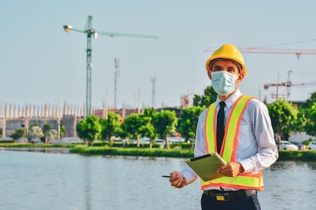 Tablet inżyniera architektury ciężko pracuje na budowie, święto pracy
