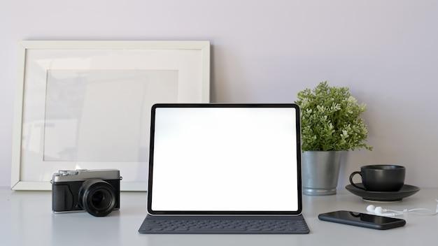 Tablet makieta biurowy z inteligentną klawiaturą na minimalny biały stół roboczy.