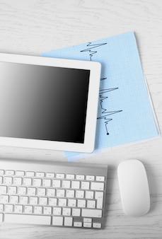 Tablet medyczny z pustym ekranem na drewnianym stole