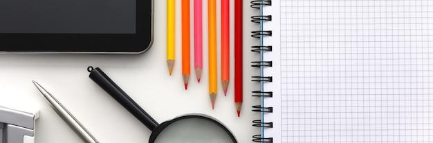 Tablet pc i zestaw ołówka na stole roboczym zbliżenie. zbierz koncepcję dziecka do szkoły
